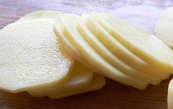 Сырой нарезанный картофель для лечения проблемной кожи