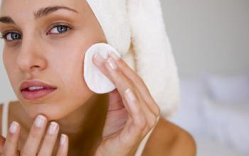 Нанесение циндола на кожу лица